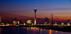 Bildquelle: http://images.fotocommunity.de/bilder/architektur/architektur-bei-nacht/duesseldorf-skyline-246036cd-a438-4a9c-bce9-8783c6254f81.jpg
